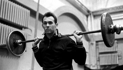 14 Апреля исполнилось бы 74 года «космическому прыгуну» валерию брумелю, три года подряд признававшемуся лучшим спортсменом мира. на следующий год после победы на олимпиаде он едва не потерял ногу, но после 32 операций и 5 лет лечения снова вернулся в сек